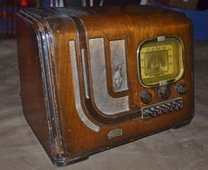 1939 Air King Radio art deco wood slant face w/ push buttons and deco inlay