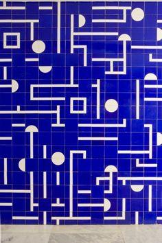 Exterior tile panel (Painel de azulejos, Ministério das Relações Exteriores, 8° andar, Palácio do Itamaraty, 1968.. Foto: Foto Edgar César Filhoathos bulcão)