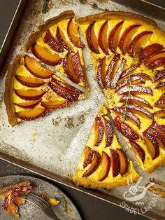 Custard tart with plums - La Crostata di crema cotta alle susine: un dolce facile da preparare, dal sapore leggermente vanigliato e intrigante.