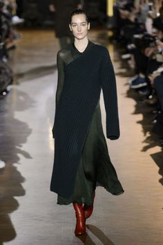 Stella McCartney Fall 2015 Ready-to-Wear Collection Fashion Now, Fashion Line, Runway Fashion, Stella Mccartney, Black Dress Outfits, Dressing, Wearing All Black, Fall Winter 2015, Autumn Fall