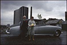 «Je n'ai aucun souvenir de ce cliché. Dans ce décor industriel, je crois qu'ils se sont installés devant moi et ont posé volontiers, sans complexe, avec leur Rolls. Ils étaient très naturels, très 'gentlemen farmers'. C'est l'affiche de l'exposition, 'Strange and Familiar', à la Barbican Gallery à Londres, du 16 mars au 19 juin. Elle a pour thème 'l'Angleterre vue par des photographes étrangers' et le commissaire n'est autre que Martin Parr, de l'agence Magnum, comme moi.»