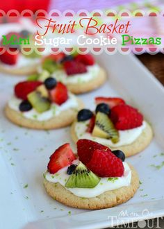 Fruit Basket Mini Sugar Cookie Pizzas - A delicious lime flavored cream cheese frosting brings out the bright flavors of the fresh fruit. They look yummy! Just Desserts, Delicious Desserts, Yummy Food, Sugar Cookie Pizza, Sugar Cookies, Christmas Friends, Flavored Cream Cheeses, Snacks Für Party, Cupcakes