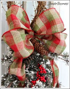 How to Make a Christmas Bow - I love anything with a bow. So Christmas time has me happy happy! Here is a very easy tutorial on how to make a Christmas bow. Christmas Ornament Wreath, Christmas Bows, Christmas Decorations To Make, Christmas Time, Christmas Crafts, Holiday Decor, Pew Decorations, How To Make Wreaths, How To Make Bows