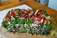 Runsas voileipäkakku ruokkii 20 nälkäistä vierasta. Kotikokki.netin nimimerkki Metsänvartijan resepti.
