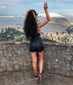 A imagem pode conter: uma ou mais pessoas, pessoas em pé, montanha, céu, shorts, atividades ao ar livre e natureza Curly Hair Styles, Cute Curly Hairstyles, Girl Hairstyles, Natural Hair Styles, Coiffure Hair, Natural Curls, Curly Girl, Hair Journey, Hair Inspo