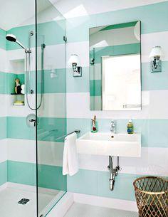 Широкие полосы на стенах ванной комнаты.