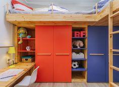 Decoração de quarto de criança: abajur e Cadeiras, da TokStok. Almofadas e Colcha, da Etna.  (Foto: Alessandro Giraldi/Divulgação)