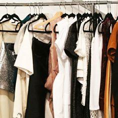 Laten we er geen doekjes om winden; kleding kopen is voor veel vrouwen nog altijd favoriete bezigheid numero uno. Helemaal niet erg ook, zolang je je niet laat verleiden tot het aanschaffen van nepleren leggings en je richt op de échte pareltjes. Anna tipt je waar je deze pareltjes het gemakkelijkst op de kop tikt.
