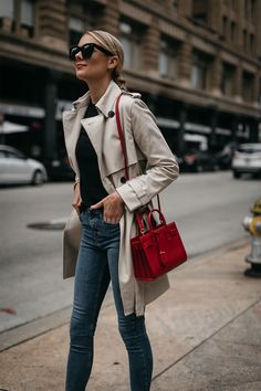 Moda Jackson Club Monaco Trench Maglione Nero Denim Jeans Skinny Saint Laurent Sac De Jour R… Casual Chic, Cute Casual Outfits, Style Casual, Red Trench Coat, Trench Coat Outfit, Style Désinvolte Chic, Mode Style, Looks Chic, Looks Style