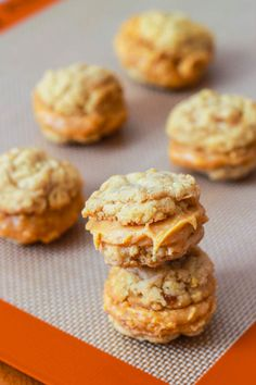 Pumpkin Creme Pie Cookie Sandwiches - bite-size and easy to make! sallysbakingaddiction.com use this filling for ginger cookies.. a single batch of this should be good for a double of the gingers