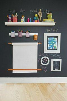 Kinderzimmer mit schwarzer Wand - wird als schwarze Tafel verwendet