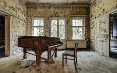 Обои старое пианино, фото деревянный стул, облезшая краска скачать на экран монитора