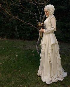 Görüntünün olası içeriği: 1 kişi, ayakta ve açık hava Hijab Wedding, Muslimah Wedding Dress, Bridal Hijab, Muslim Wedding Dresses, Hijab Bride, Muslim Brides, Pakistani Bridal, Bridal Dresses, Wedding Gowns