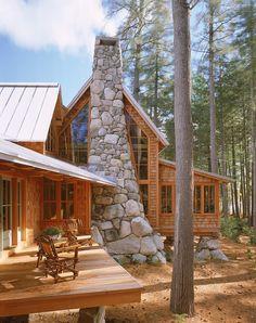 Dit geraffineerde, maar rustieke kamp langs een van de meren in Maine, Bridgton USA loopt naadloos over in de bosrijke omgeving en bruist van het leve
