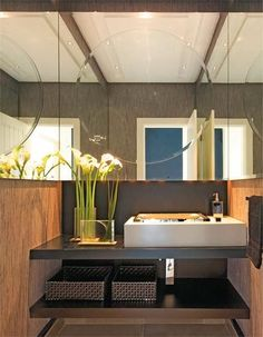 Lavabos Decorados – veja dicas e mais de 50 modelos maravilhosos! Bancada em madeira ebanizada e papel de parede que parece ser de fibra natural... palha dourada?