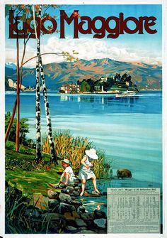 Una vista dell'Isola Bella incorniciata da alberetti di betulla, in primo piano giochi infantili in riva al lago.