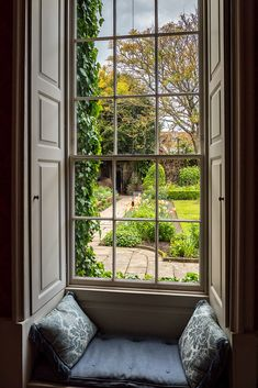 """wanderthewood: """"Window seat in Mompesson House, Salisbury,. Best Picture For small sunroom plants Future House, My House, Small Sunroom, Sunroom Office, Victorian Windows, House Viewing, Window View, Window Seats, Custom Window Treatments"""