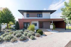 Außenansicht vom Eingangsbereich mit Carport des Style 163 W in Graz von HARTL HAUS Style At Home, Villa, Garage Doors, Mansions, House Styles, City, Outdoor Decor, Design, Home Decor