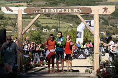 Sous l'arche d'arrivée, les 3 premiers du Grand Trail des Templiers 2014, Benoit Cori (France), Sylvain Court (le champion de France) et Alex Nichols (USA)