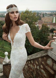 Vestido de novia encaje ajustado escote pronunciado hombros cubiertos Beautiful