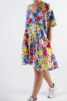 Vera kjole i super cool blomster print i forskellige farver fra Résumé. Kjolen har en oversize pasform, v-hals og 2 lommer. Denne smukke kjole går til lige under knæet og har elastik effekt i taljen. Brug kjolen med et par hvide sneakers og bare ben og så er du sommerklar. Kjolen, Ben, Short Sleeve Dresses, Dresses With Sleeves, Casual, Collection, Fashion, Velvet, Moda