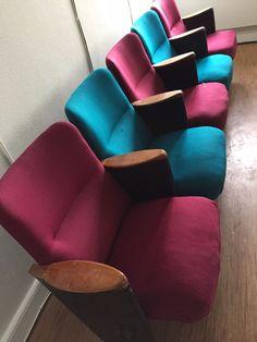 Biografstole, 5 biografstole. Oprindelig fra Cirkusrevyen og det er selveste Verner Panton, som har været inde over farvevalget til stolene (ligesom resten af indretningen af Cirkusbygningen). Flotte stole med træarmlæn. Enkelte slidmærker i stof og på armlæn. Købt for ca. 14 år siden efter den store renovering af Cirkusbygningen.  Samlet længde ca. 2,73m.