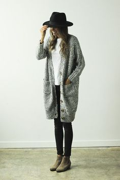 20 Street Style Trends to Try this Winter – Say Yes Winter Simplicity: Ankel boots, grey pants, white tshirt and grey cardigan. Looks Street Style, Street Style Trends, Looks Style, Style Me, Street Styles, Trendy Style, Fall Winter Outfits, Autumn Winter Fashion, Winter Style
