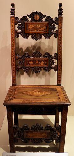 Copia de silla barroca italiana. Destacan las tallas y la incrustación de taraceas. Bottega lombarda, coppia di sedie, 1690 ca, noce intarsiato con acero e noce 01.JPG
