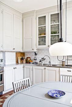 modern cabinets yet it looks Kitchen Nook, Kitchen Dining, Kitchen Cabinets, Kitchen Ideas, Design Kitchen, 1940s Kitchen, Helsingborg, Modern Cabinets, Modern Farmhouse Kitchens
