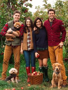 It post fall family pics, family christmas outfits, fall family photo outfits Christmas Pictures Outfits, Fall Family Picture Outfits, Family Photo Colors, Family Portrait Outfits, Winter Family Photos, Fall Family Portraits, Family Christmas Pictures, Family Posing, Fall Photos