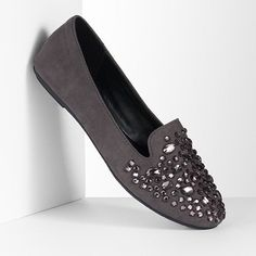 Featuring an embellished design, these Simply Vera Vera Wang smoking flats show off your runway style.