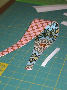 ::Best Band Ever:: - - Headband that is. (I'm still working on the Bagsket tutorial…that thing is a beast. So here's a quick something to tide you over.) I'm seeing more and more headbands pop up …. Sewing Hacks, Sewing Tutorials, Sewing Crafts, Sewing Patterns, Tutorial Sewing, Bow Tutorial, Flower Tutorial, Sewing Headbands, Fabric Headbands