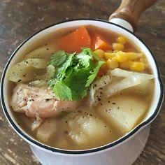 鶏肉と野菜のスープ Veggie soup with chicken #yummy #homemade #healthy #soup #veggies #veggiesoup #chickensoup #chicken #potato #celery #carrot #corn #onion #おいしい #手作り Veggie Soup, Chicken Soup, Cheeseburger Chowder, Celery, Carrots, Veggies, Potatoes, Cooking Recipes, Homemade