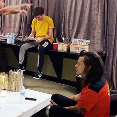 This is the cutest shit ever!🥰💗💞🤪 look at louis just being the cute little hedgehog that he is and harry bopping away to whatever hes listening to.😤 IMAGINE harry being between Louis' little legs🥴♥️ ahhhh One Direction Humor, One Direction Pictures, I Love One Direction, Fanfic Larry Stylinson, Louis E Harry, Larry Gif, Louis Tomilson, Love Of My Life, My Love