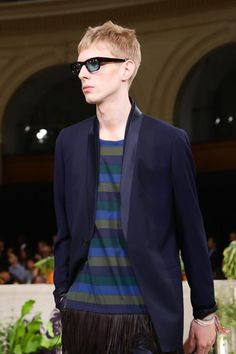 Discover NOWFASHION, the first real time fashion photography magazine to publish exclusive live fashion shows. Get to see the latest fashion runways in streaming! Live Fashion, Fashion Show, Runway Fashion, Latest Fashion, Spring Summer 2015, Paul Smith, Fashion Photography, Menswear, Blazer