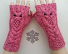 Azure Color Owl Hand-Knitted fingerlose Handschuhe sehr schönes Accessoire für den Winter.  Dies ist ein sehr schönes Geschenk für die Frau  Unsere Produkte werden mit hochwertigen Materialien hergestellt.  Bequem, stilvoll und sehr weiche Handschuhe für Sie!  70 % Wolle 30 % Acryl Garn! Qualitativ hochwertige Faser!  Bitte vergessen Sie nicht Ihre Größen auflisten!  Und bitte um Ihre Telefonnummer zu merken! (Für Versand)  Ihre Bestellung wird mit Versand in 2 - 3 Werktage. Mit…