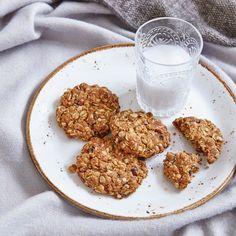 Raisin and Cinnamon Cookies - Madeleine Shaw Cinnamon Cookies, Oat Cookies, Healthy Sweet Treats, Healthy Cookies, Vegan Dessert Recipes, Baking Recipes, Healthy Desserts, Healthy Recipes, Madeleine Shaw Recipes