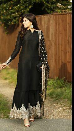Black Pakistani Dress, Pakistani Formal Dresses, Pakistani Dresses Online, Pakistani Outfits, Designer Party Wear Dresses, Kurti Designs Party Wear, Salwar Designs, Dress Designs, Shadi Dresses