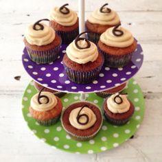 Vandaag feestbaksels gemaakt! Cupcakes met een topping van pindakaas botercréme. Recept binnenkort op chicascooking.nl #cupcakes #feest #frosting #baking #bakken #chicascooking