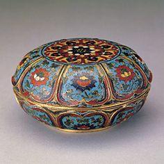 Boîte en forme de fleur de lotus à décor d'émaux cloisonnés  Règne de l'empereur Jingtai (1450-1456), Dynastie Ming (1638-1644)  H. : 6,3 cm, d. : 12,4 cm, poids : 634,6 g
