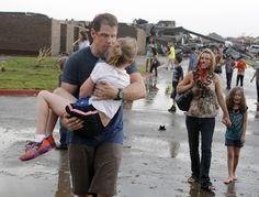 """""""Uma família se afasta de sua casa que foi destruída por um furacão."""""""