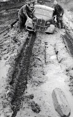 Soldados alemanes intentando sacar un coche del barro. Frente del Este, Rusia, Octubre 1941.