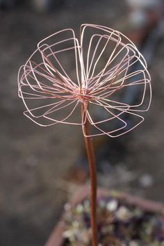 Kopparblomma ca 40 cm hög Wire Crafts, Diy And Crafts, Wire Flowers, Metal Garden Art, Metal Artwork, Outdoor Art, Handmade Home, Wire Art, Beads And Wire