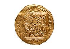 """La dobla de Boabdil (siglo XV) Son escasas las monedas acuñadas por el último gobernante musulmán, Muhammad XII (Boabdil), que se conservan. Este dinar de oro informa en el anverso del lugar de producción: """"Fue acuñado en la ciudad de Granada. ¡Que Dios la proteja!"""". En el reverso, una sura coránica se repite cuatro veces: """"Y no hay vencedor sino Dios"""", lema de la dinastía nazarí."""