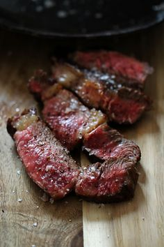 7 tips for the perfect steak: What should I pay attention to when shopping, what is the best frying pan, what does dry aged mean, how many degrees do I roast medium and rare, which accessories are important and much more … - Fleisch Seared Salmon Recipes, Pan Fried Salmon, Pan Seared Salmon, Skirt Steak Recipes, Pork Chop Recipes, Asian Dinner Recipes, Italian Recipes, Dry Aged Steak, Tomato Cream Sauces