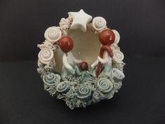 PRESÉPIO EM CERÂMICA «FLORINHAS» Presépio em cerâmica vidrada, moldado à mão, em barro branco e vermelho. Peça da autoria de ceramista de Barcelos.  Dimensões: 10x10x12 cm  http://www.custojusto.pt/lisboa/coleccoes/presepio-em-ceramica-florinhas-20310584