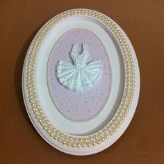 Quadro para decoração de quarto de bebê  medida: 30 x 22 cm  Placa de mdf com aplicação de pérolas e vestido de resina.  O tecido pode ser modificado. R$ 120,00
