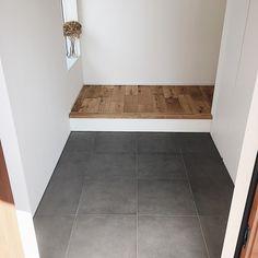 本当に必要なモノ達と暮らす〜余白のある空間づくりが快適さを生み出す家___omalさんのおうちを探索! | ムクリ[mukuri] Tile Floor, Entrance, New Homes, House Design, Interior, Room, Pranks, Braid, Dance