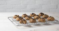 Μπισκότα βρόμης με φρούτα και λαχανικά από τον Άκη Πετρετζίκη. Φτιάξτε μέσα σε λίγα λεπτά τα πιο νόστιμα και εύκολα μπισκότα βρώμης που υπάρχουν! Baby Food Recipes, Healthy Recipes, Healthy Food, Brownie Cupcakes, Truffles, Kids Meals, Muffins, Oatmeal, Cookies