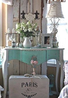 Love the painted vintage Paris suitcase! ~ Shabby in love: Turquoise Home Decor - DIY Craft's - Mydiddl Shabby Chic Mode, Shabby Chic Vintage, Shabby Chic Bedrooms, Shabby Chic Style, Shabby Chic Furniture, Shabby Chic Decor, Vintage Decor, Painted Furniture, Vintage Paris